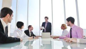 Meeting von sechs Personen an einem Konferenztisch